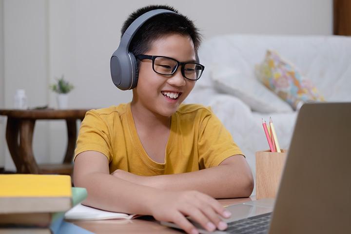boy-using-computer